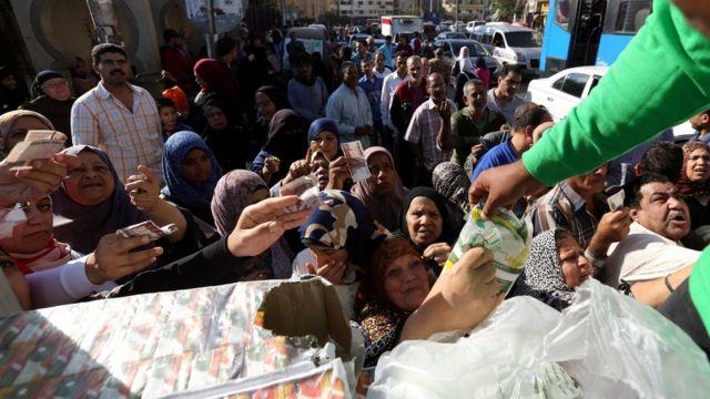 مصريون يشترون بضائع مدعومة