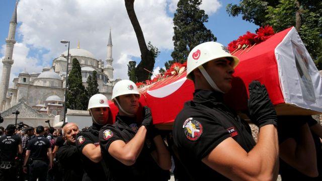 Ces arrestations surviennent après un attentat qui a fait 38 morts, dont 30 policiers.