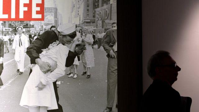 Portada de la revista Life en la que apareció la fotografía en una exposición.