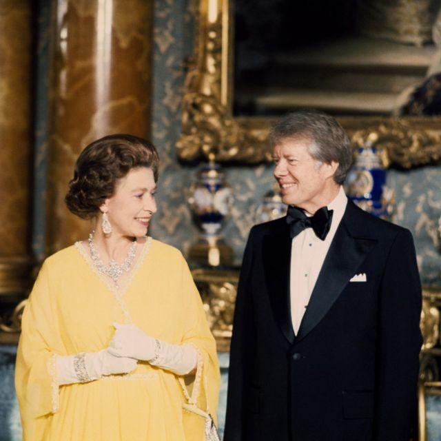 ملکه پر ۱۹۷۷ کال له جیمي کارټر سره په باکېنګهم ماڼۍ کې د مېلمستیا پر مهال