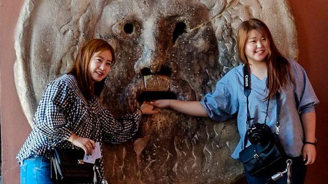 બે યુવતીઓની પ્રતીકાત્મક તસવીર