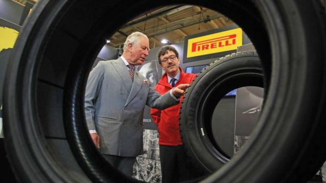 El príncipe Carlos visita la fábrica de Pirelli en Carlisle, Inglaterra.