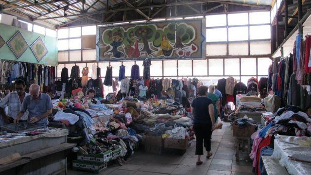 Bazarın örtülü hissəsində mallar daha səliqəli yerləşdirilib