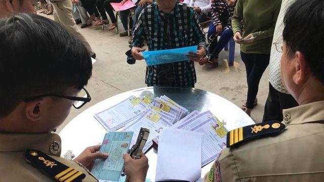 Hơn 100 người Campuchia gốc Việt thuộc Quận Chbar Ampov đến đăng ký nhận Thẻ Ngoại Kiều hôm 23/4