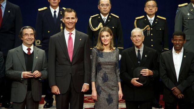 """لئونارد کوهن در کنار خانواده سلطنتی اسپانیا در سال ۲۰۱۱ ، او جایزه """"شاهدخت آستوریاس"""" یکی از معتبرترین جوایز ادبی اسپانیا را دریافت کرد"""