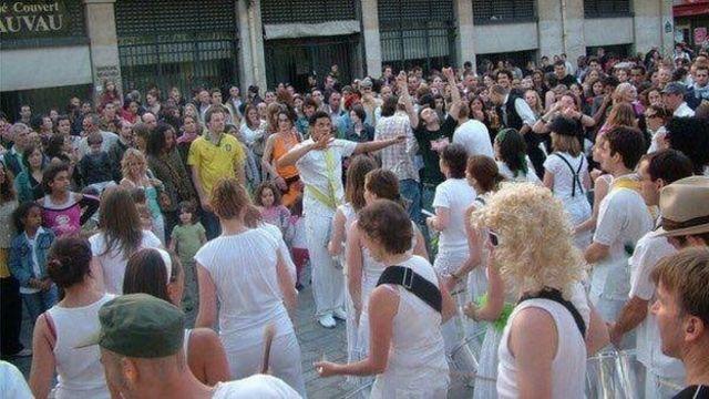 Arnaud tocando para o público