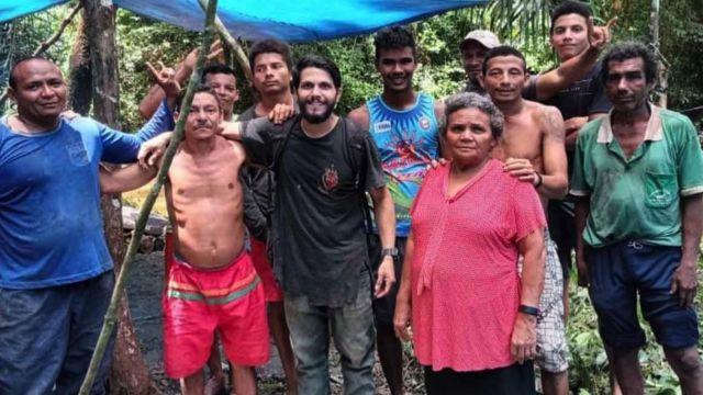 أنطونيو مع المزارعين الذين أنقذوه