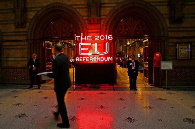 夜を徹して各地の開票結果が発表される。最終的な結果はマンチェスター市役所で発表される。