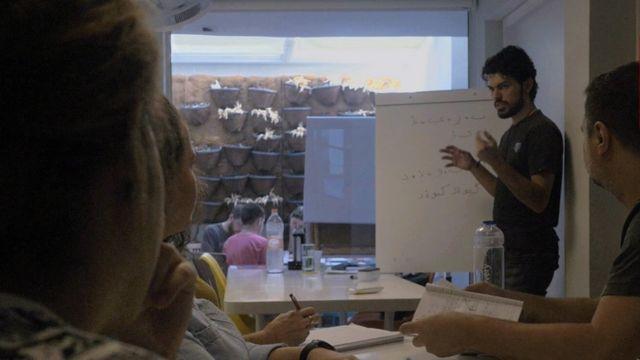 O refugiado Adel Bakkour dá aula de árabe em ONG no Rio