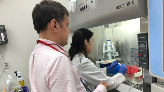 Luis M Vence en el laboratorio.