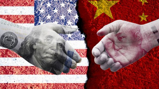 设计图片:中美国旗,美元钞票与人民币钞票试图握手