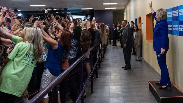 Hillary Clinton posa para fotos com correligionários em evento na Flórida.
