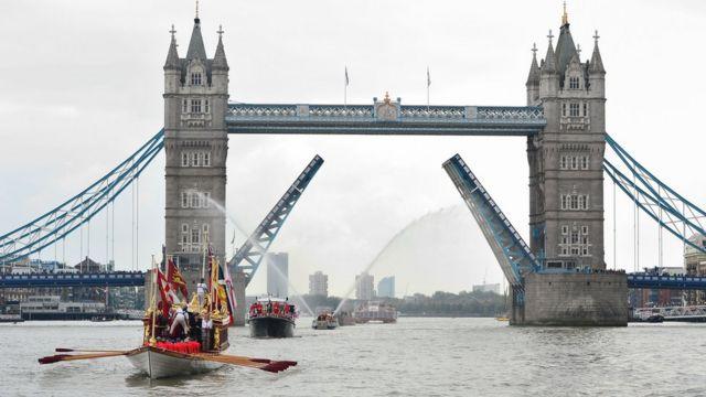 ロンドンのテムズ川では在位期間記録の更新を祝う水上パレードが行われた(9日)
