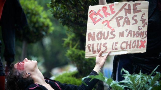 'Ser ou não ser? Nós não temos mais escolha', diz cartaz em protesto no 1º de maio de 2021, na França