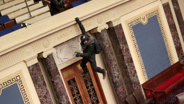 Цей протестувальник стрибає з балкона в залі засідань