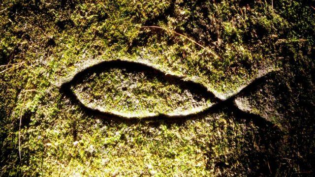 Símbolo Ichthys desenhado no solo