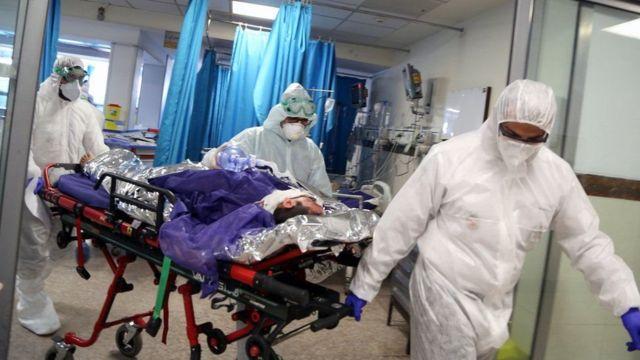 İran'da hastaneye kaldırılan bir Covid-19 hastası