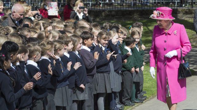 ウィンザー城を訪れた子供たちに挨拶する女王(20日)