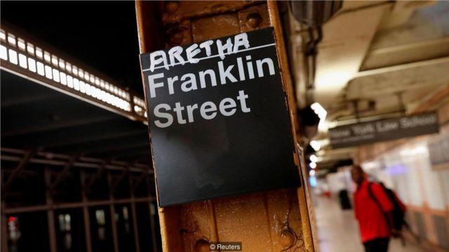 """2018年8月13日,艾瑞莎 """"重病""""的消息傳開後,紐約富蘭克林街地鐵站出現了這場臨時的悼念。"""