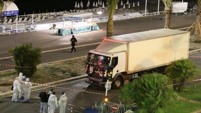 Autoridades investigam ataque com caminhão em alta velocidade contra multidão em Nice (15 Julho 2016)