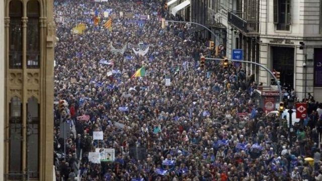 متظاهرون في أسبانيا لدعم اللاجئين