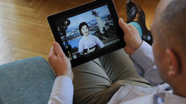 아이패드로 북한 뉴스를 시청하는 한 남성
