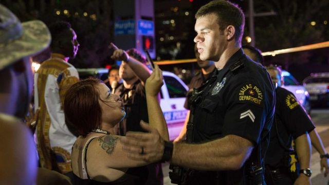 Manifestantes y policías en Dallas