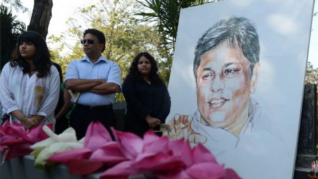 People gather at the grave of Lasantha Wickrematunge in Colombo, Sri Lanka (8 Jan 2014)