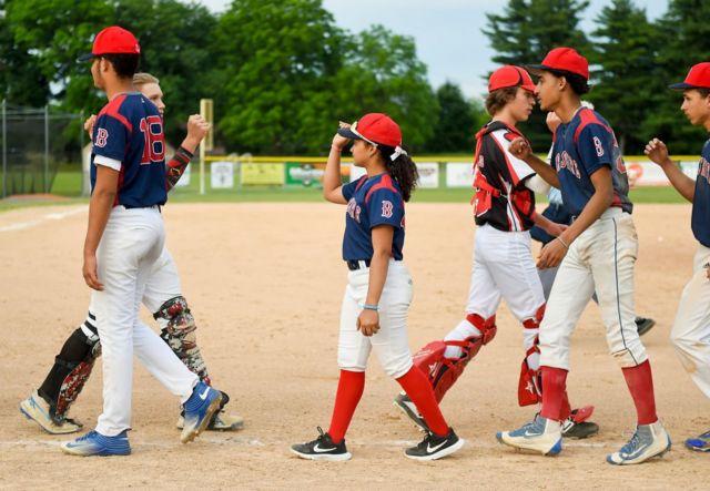 Una niña en un equipo de béisbol masculino