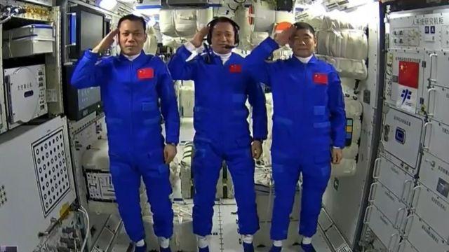 رواد الفضاء في وحدة تيانخه
