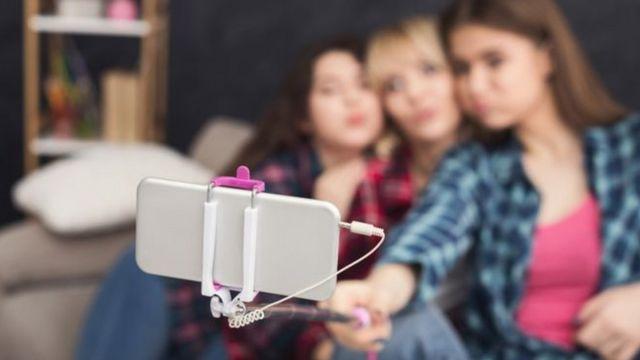 grupo tira selfie com celular