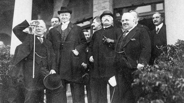 O então ministro britânico David Lloyd George, o ex-chefe do governo francês Alexandre Millerand e o ex-presidente italiano Francesco Nitti na Conferência de San Remo. (13/05/1920)