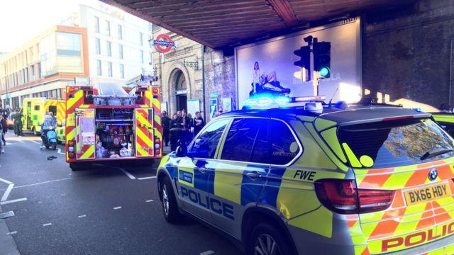 ตำรวจและหน่วยฉุกเฉินรุดไปนับสถานีรถไฟใต้ดินที่เกิดเหตุ