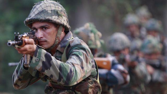 जम्मु के पास नौशेरा सेक्टर में नियंत्रण रेखा पर मोर्चा संभाले भारतीय सेना का जवान.