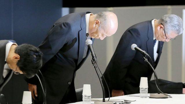 Gerentes Dentsu, a maior empresa de marketing e publicidade do Japão, pedem perdão após o suicídio de um jovem empregado em 2015