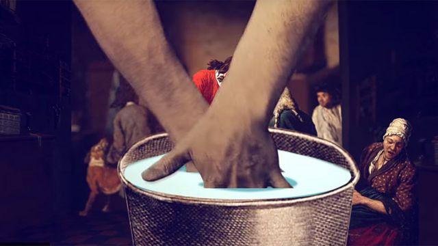 Brazos metiendo manos en un balde