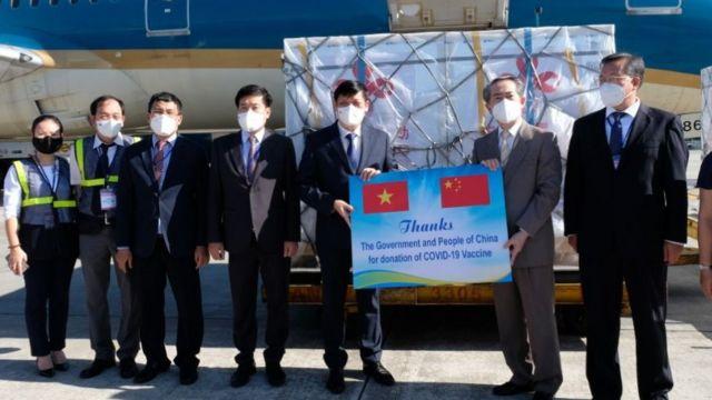 Việt Nam nhận bàn giao hàng viện trợ vaccine Vero Cell của Sinopharm.