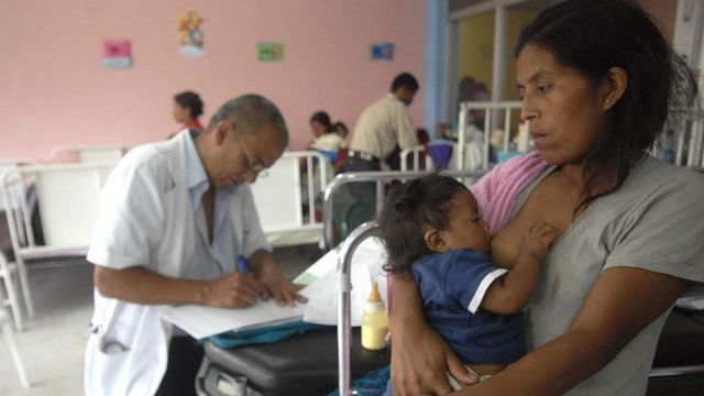 Mujer indígena en centro de salud de Guatemala