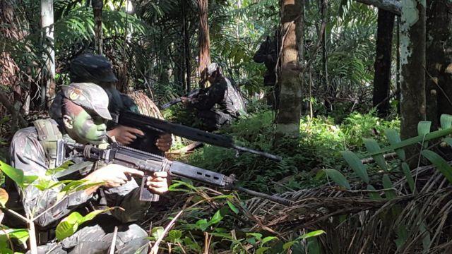 Soldados fazem demonstração de policiamento na floresta amazônica