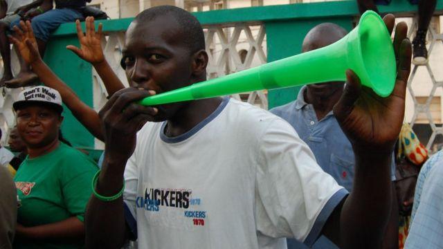 Ndị mmadụ nwụrịrị maka mmeri Julius Maada Bio dịka onyeisiala ọhụrụ nke Sierra Leone n'ụbọchị Epreelụ nke anọ nke 2018 n'obodo Freetown, Sierra Leone.