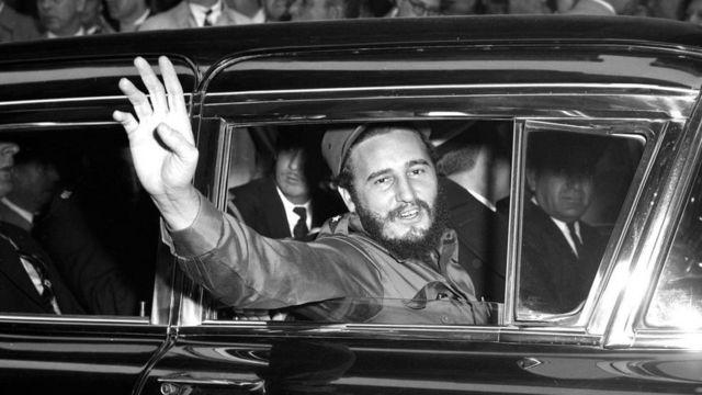 Fidel Castro saludando desde un auto
