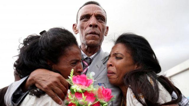 Addisalem Hadigu junto a sus hijas, después de no verlas por 20 años.