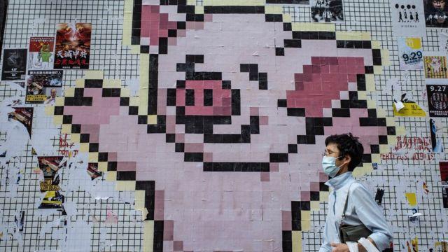 """代表连登的卡通""""连登猪""""经常出现在香港各区的连侬墙。"""
