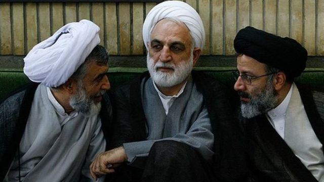 نیری حاکم شرع وقت (سمت چپ) و ابراهیم رئیسی، رئیسجمهور فعلی ایران (سمت راست) از کسانی هستند که نامشان بارها در دادگاه برده شده است. نفر وسط رئیس فعلی قوه قضاییه ایران است