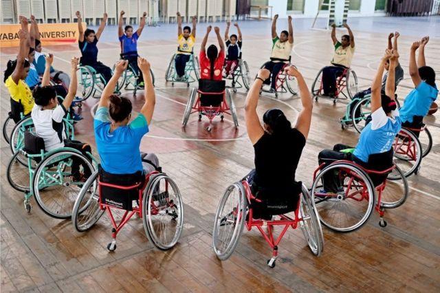 શારીરિક ક્ષમતા વધારવાની કસરત કરી રહેલી વ્હીલચેર બાસ્કેટબોલની દિવ્યાંગ મહિલા ખેલાડીઓ.