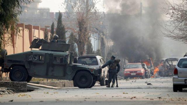 自爆犯が自動車爆弾を起爆させた施設の入り口付近