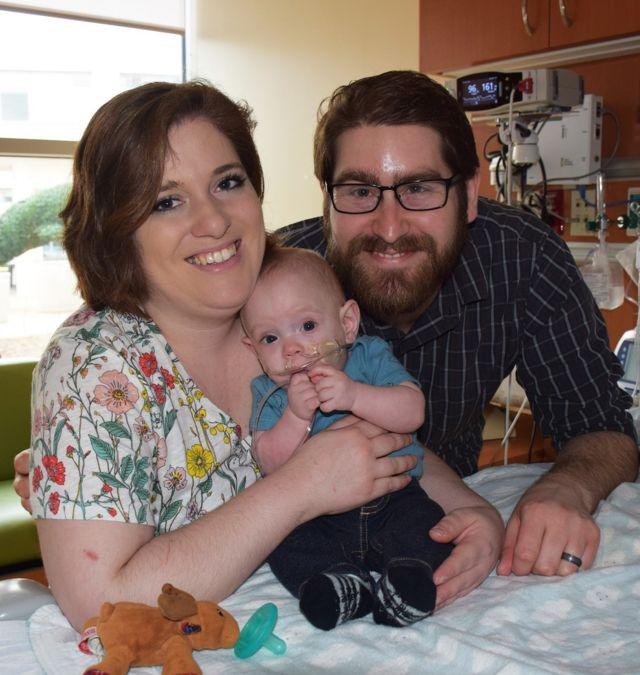 Connor com os pais antes de ir para casa