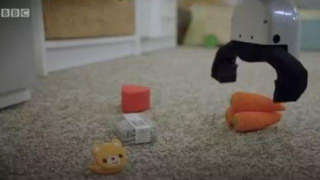 Un robot qui ramasse des objets dans une maison