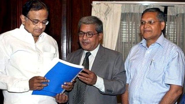 पूर्व गृहमंत्री पी चिदंबरम को कश्मीर पर अपनी रिपोर्ट सौंपते दिलीप पडगांवकर