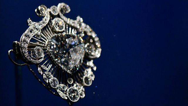 """El broche hecho a partir del """"Cullinan"""" exhibido en la exposición """"Los Diamantes"""", una exhibición para la celebración del Jubileo de la Reina."""